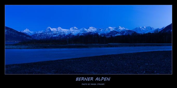 Blick auf die Berner Alpen zur blauen Stunde   -N9-