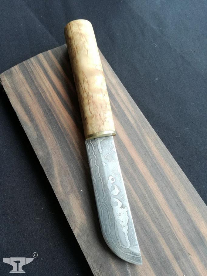 handgeschmiedetes Damastmesser mit Griff aus Maserbirke
