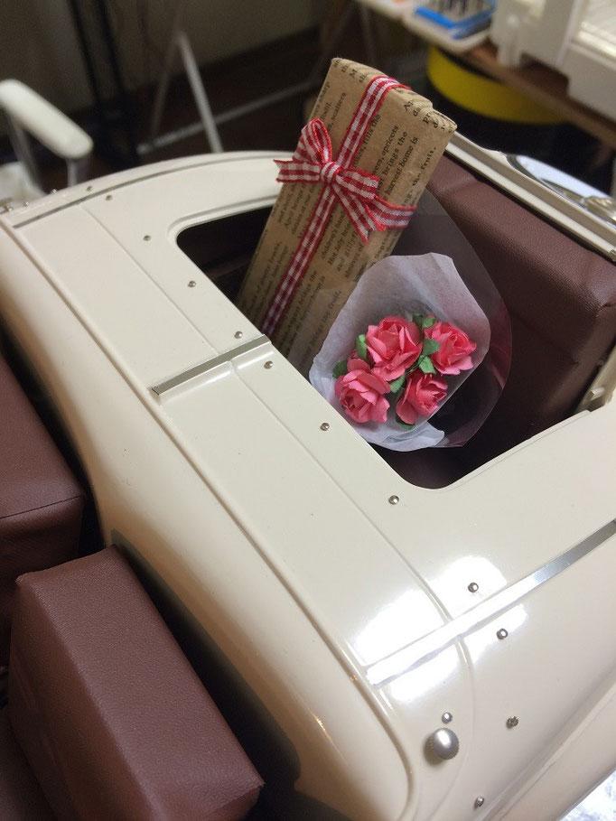 少し遊び心で、エバブラウン車なので後部のランブルシートに薔薇の花束とプレゼントパッケージの追加です。