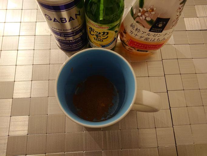 先ずは粉末シナモンをマグカップに入れます。(適量)
