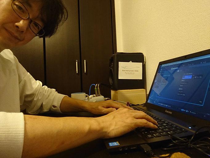 ヒジは浮いているけれど、小指球はパソコンにつけていると少しはマシです(^^♪