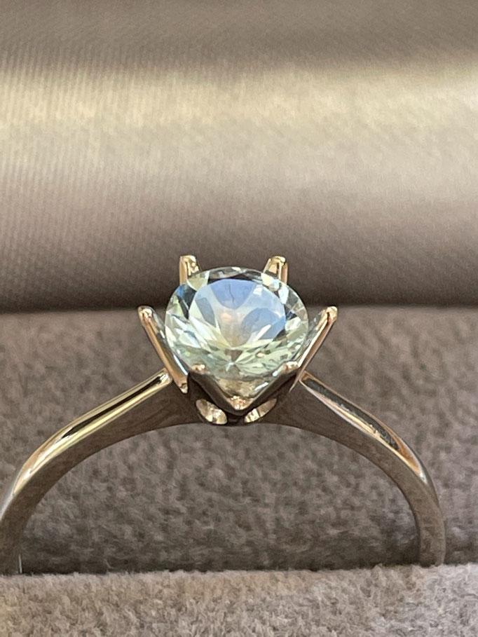 Verlobungsring mit farbigem Stein