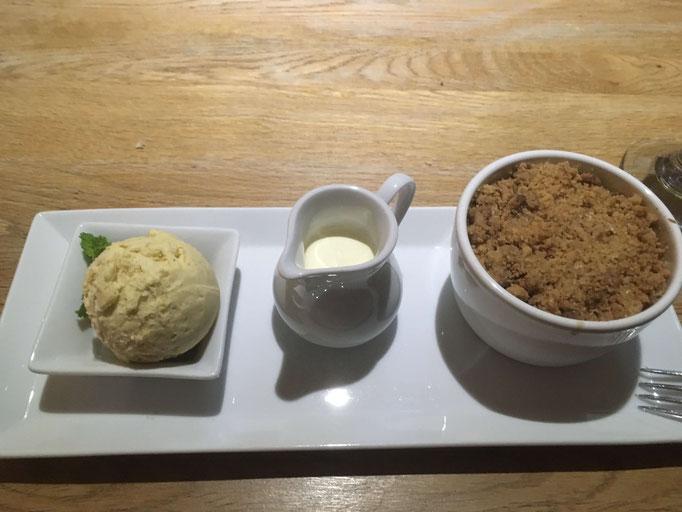 Apfel-Rosmarin-Crumble mit Vanilleeis und Sauce
