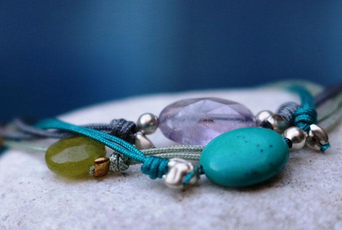 Filigrane Fadenarmbänder mit facettierten Halbedelsteinen – je mehr am Arm, je besser …