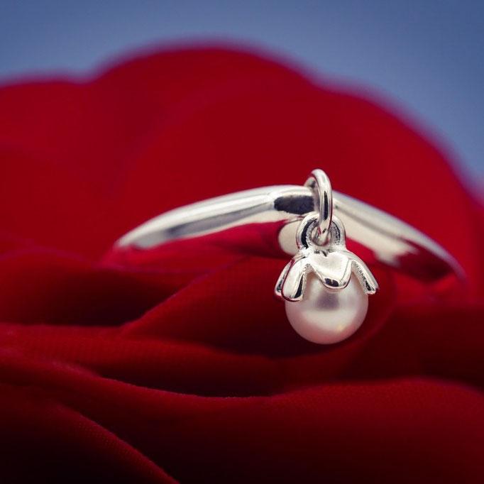 "<img src=""/Perlenschmuck-besonderer-Brautschmuck-Süßwasser-Perlen.jpg"" alt=""Perlenschmuck besonderer Brautschmuck mit Süßwasser Perlen"">"