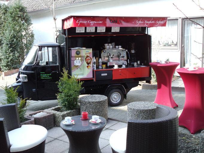 Piaggio APE Cafe-und Softeis-mobil ohne Theke mit Stehtischen