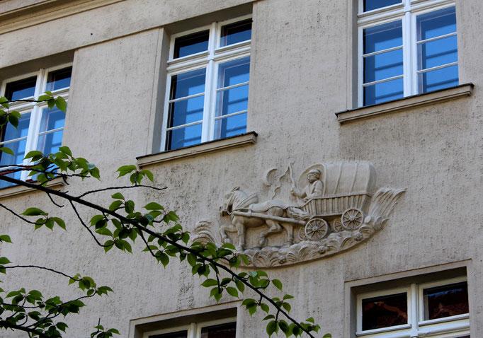 Relief Fahrt mit einer Kutsche an einer Fassade Ceciliengärten. Foto: Helga Karl