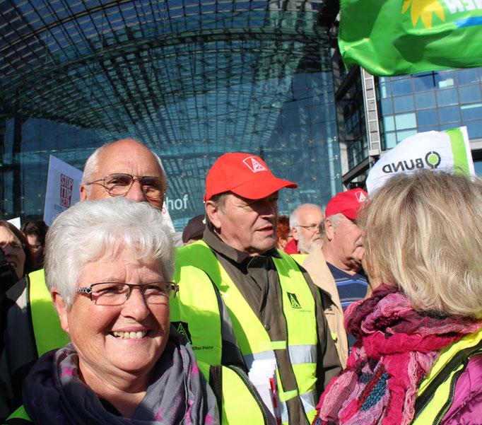 IG Metaller mit grünen Westen vor Hauptbahnhof. Großdemo Stop TTIP Berlin am 10.10.2015.  Foto: Helga Karl