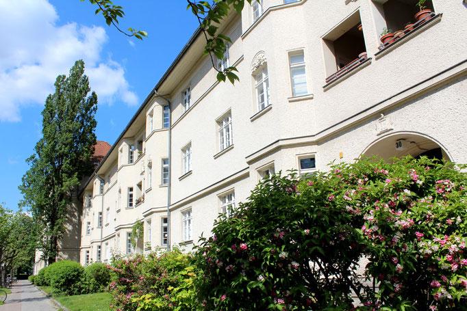 Fassendenflucht mit Erker und Reliefs Ceciliengärten in Schöneberg. Foto: Helga Karl