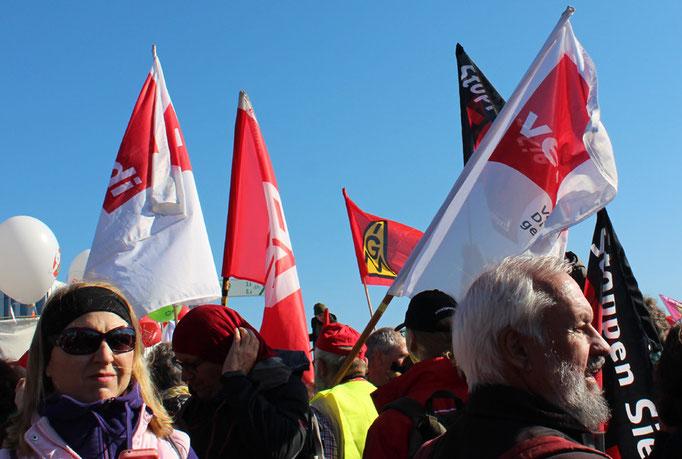 Menschen mit Gewerkschaftsfahnen IGM und verdi. Großdemo Stop TTIP Berlin am 10.10.2015.  Foto: Helga Karl