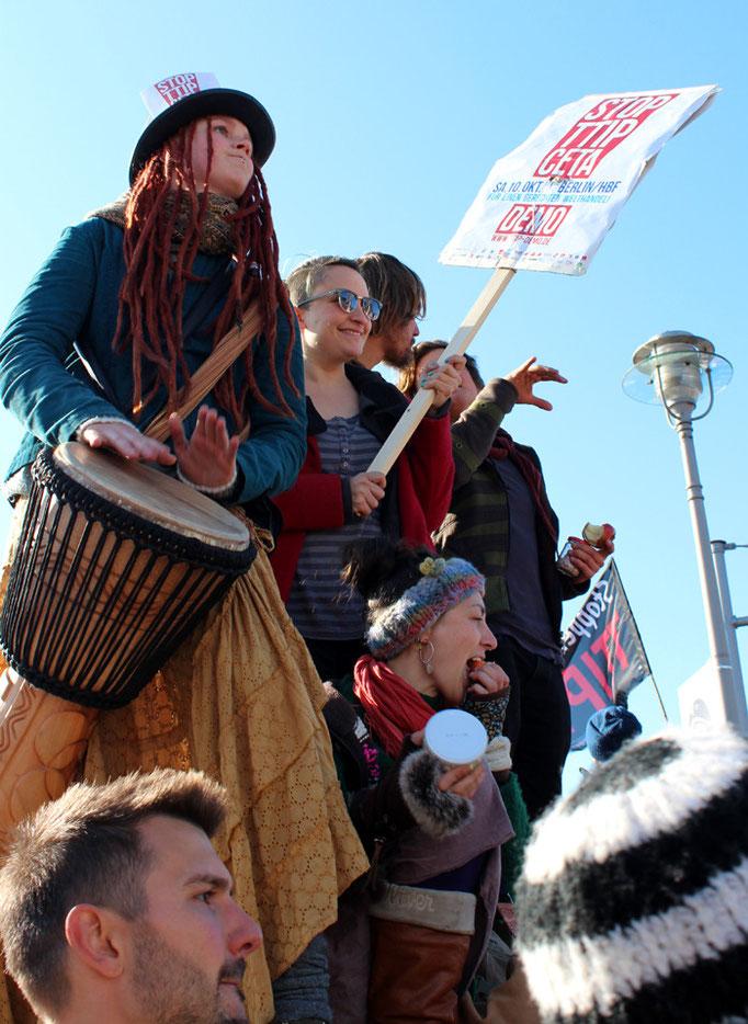 Trommlerinnen mit Plakat. Großdemo Stop TTIP Berlin am 10.10.2015.  Foto: Helga Karl