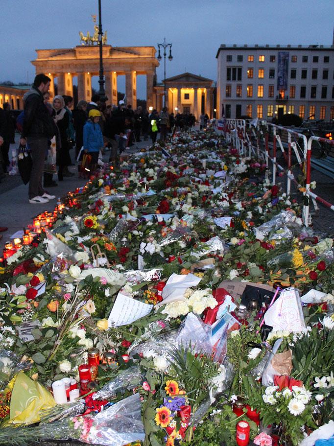 Blumenstrasse vor franz. Botschaft, Blick zum Brandenburger Tor. Foto: Helga Karl 16.11.2015