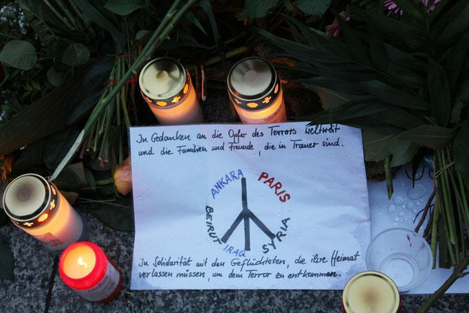 Kerzen vor französischer Botschaft in Berlin nach Mordanschlag von IS-Terroristen in Paris. Foto: Helga Karl