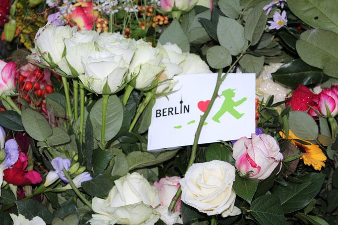 Weiße Rosen von Berlinern vor der französischen Botschaft - Gedenken an die Opfer des IS-Terroranschlags in Paris. Foto: Helga Karl