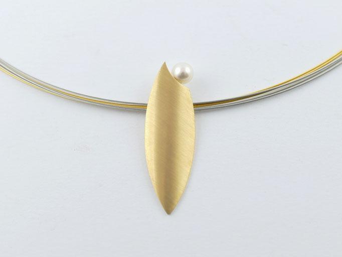 Gelbgoldanhänger mit Süsswasserperle und mehrreihigem Stahlseil Collier