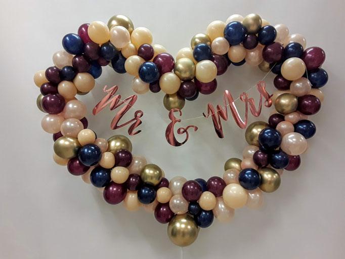 Herzrahmen mit vielen kleinen Ballons. Optimal als Fotorahmen oder Dekoration am Hochzeitstisch. In vielen verschiedenen Farbkombinationen erhältlich.