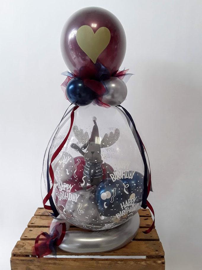 Verpackungsballon in edlem dunkelrot, double stuffed mit goldenem Herz. Verpackt ist ein süßer Plüsch Elch. Wertig mit Schleifen und Bändern.