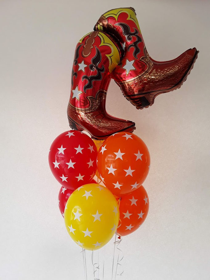 YIHA! Ballontraube im Western-Stil, wie cool. Die Stiefel sitzen auf Latexballons, die mit Sternchen bedruckt sind. Ein echter Hingucker.