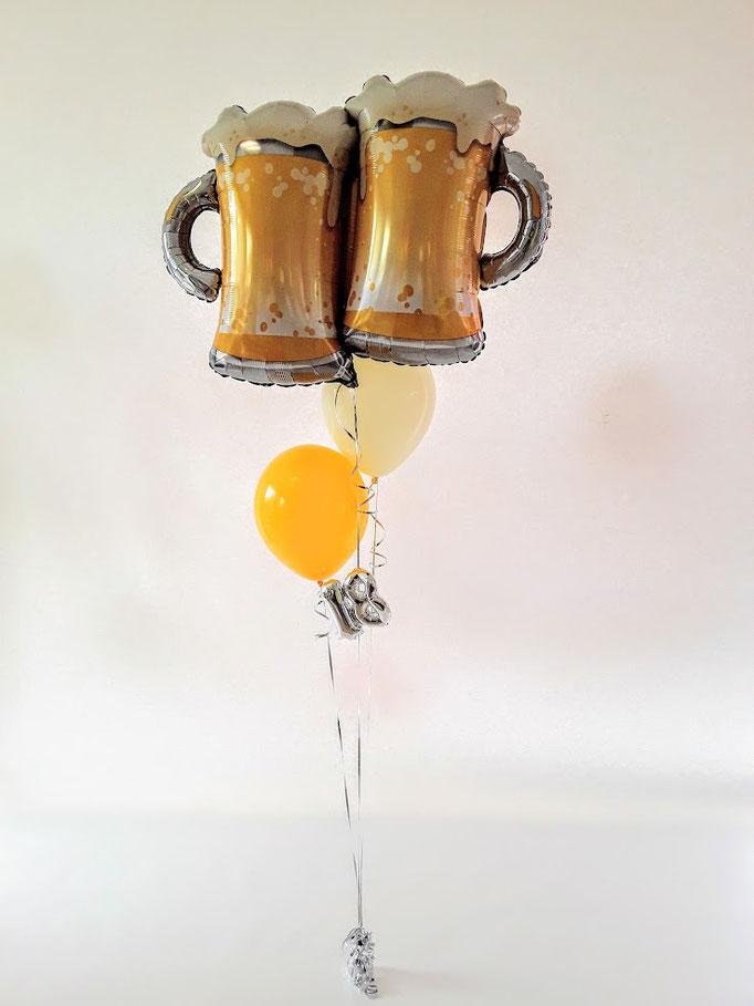 Prost! Zum 18. Geburtstag ein Ballonstrauß mit Bierkrügen und farblich passenden Latexballons. Einzigartig mit der kleinen 18.