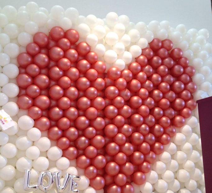 """Riesengroße Hochzeits-Ballonwand mit Herz. Feines Gimmik: silberner Schriftzug """"Love"""" unten links. Schon gefunden?"""