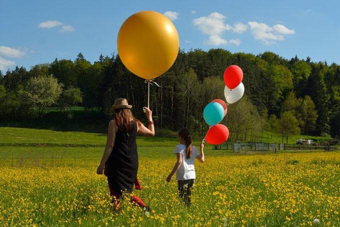 Große Ballons für große, kleine Ballons für kleine. Familienfoto, Emotionsfoto und mehr.