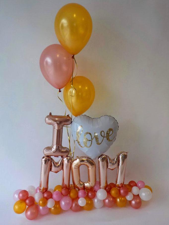 I love mom! Eine tolle Geste, mit der Sie Ihrer Mutter zum Muttertag eine große Freude bereiten werden. Kombination aus Latexballons als Fuß, Buchstaben und schwebenden Ballons bilden dieses einzigartige Ballongeschenk.