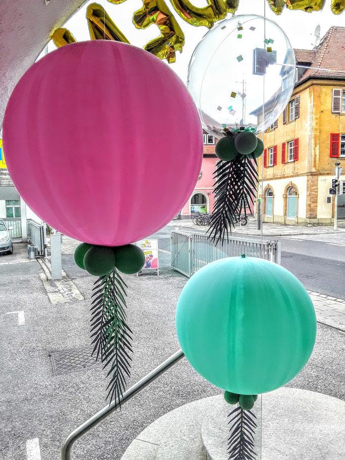 Kugelrunde, riesige Ballons in verschiedenen Durchmessern und Farben.