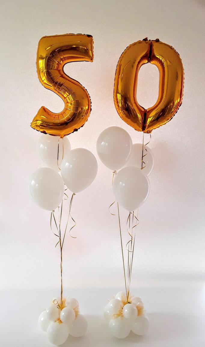 Zum 50. Geburtstag. Zahl 5+0 in gold mit weißen Latexballons als wunderschöne Raumdekoration.