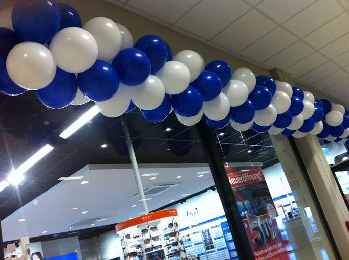 Ballongirlande über dem Eingang. Bei Ballongirlanden sind viele Ausführungsformen und Farben möglich. Apollo Optik.
