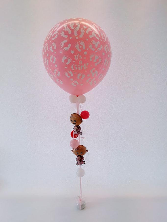 Hier kreative Kombination aus einem Riesenballon und kleineren Ballons darunter. Super dekorativ und auch eine tolle Idee als Geschenk zur Geburt.