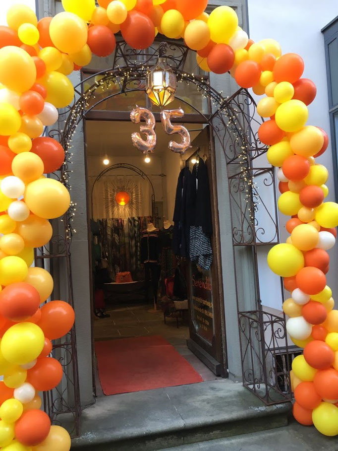"Organic Bogen mit rosegoldener Folienballonzahl ""35"" zum Jubiläum. Serendib Bamberg."