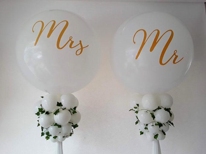 Mr. und Mrs. Riesenballon auf einer Säule.