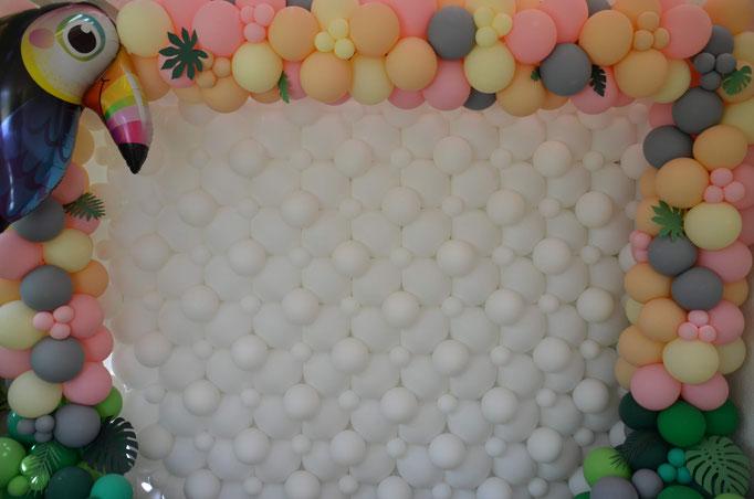 Riesige Ballonwand im Tukan-Design. Fotohintergrund und Dekoration.