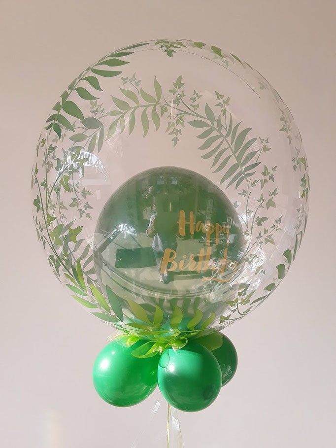 Grüner Bubble zum Geburtstag mit goldenem Happy Birthday Ballon.