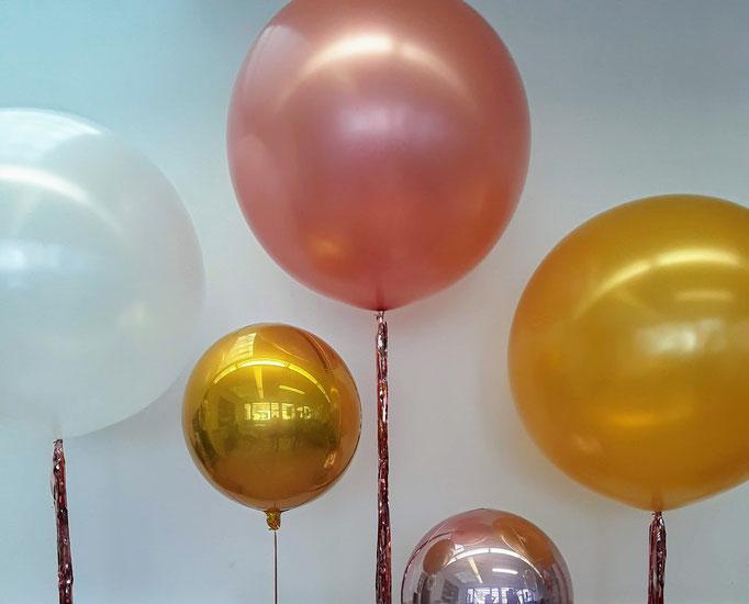 Verschiedene Riesenballons und Orbz als Dekoration für eine Fotobox.