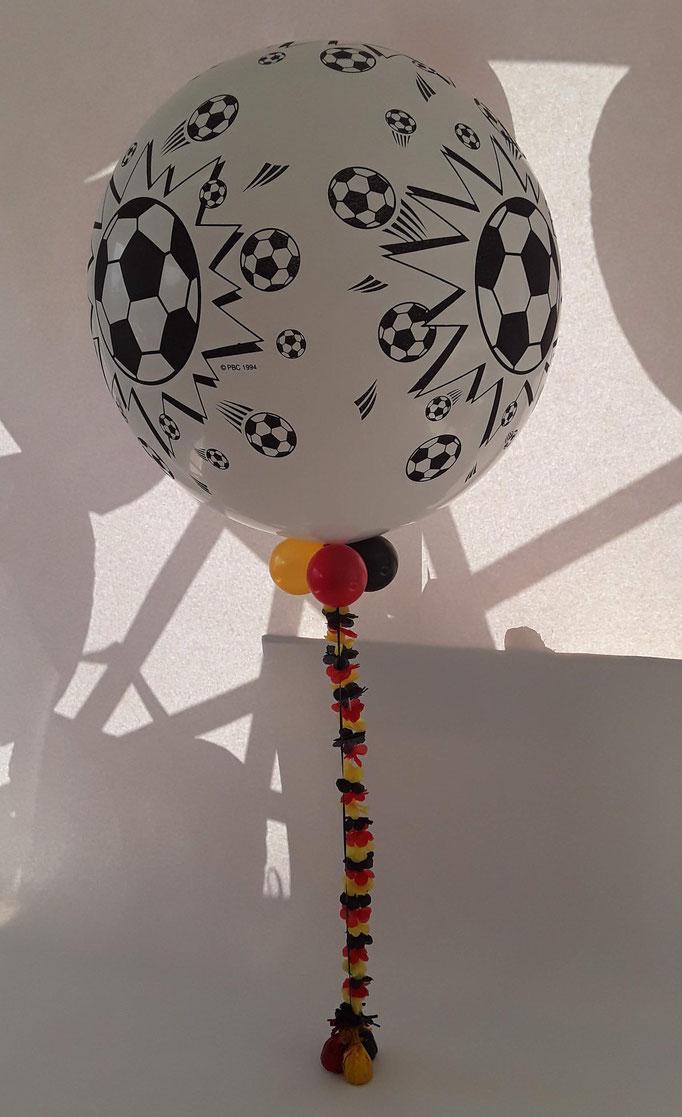 Fußballdeko aus Ballons zur EM, WM und zu Ihrer persönlichen Fußballparty. Viele verschiedene Fußball Motive, Größen  und Kreationen möglich.