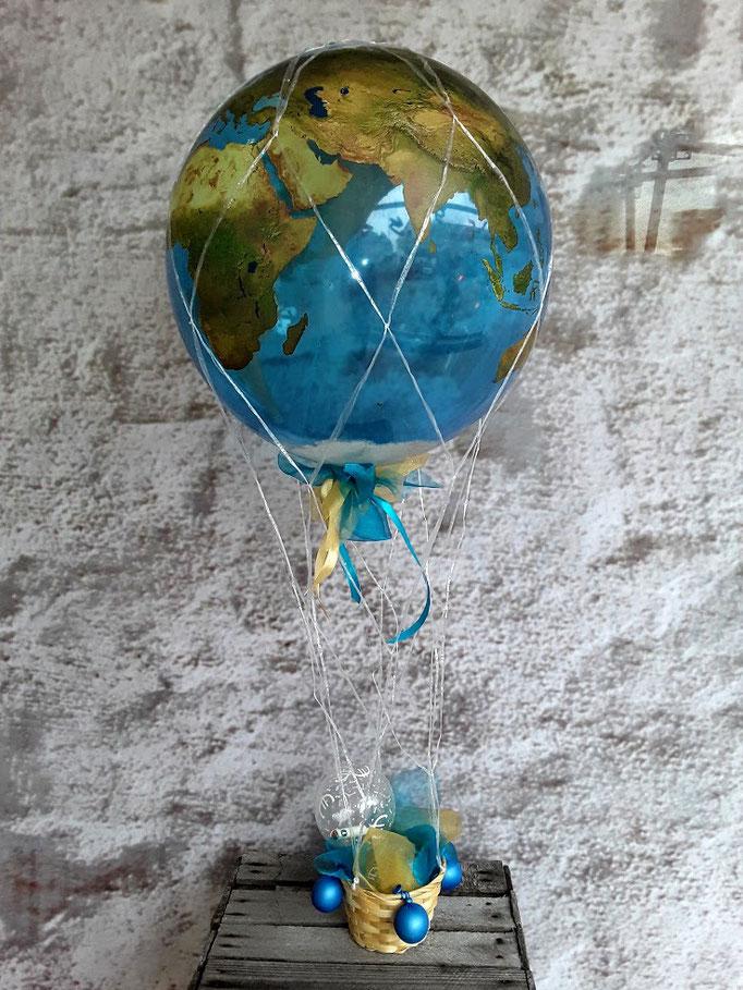 Geldgeschenke für Weltenbummler elegant verpackt: Ein Heißluftballon im Stil einer Weltkugel. Am Körbchen sind sogar mini Sandsäckchen befestigt. Das Geld hier in der kleinen durchsichtigen Kugel am Korb sicher befestigt.