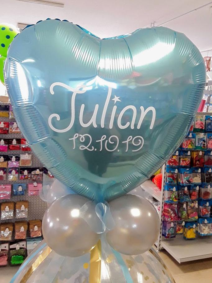 Individuelle Ballonbeschriftung mit Folienplott auf blauen Folienherzballon als Topping für einen Verpackungsballon. Schriftart und Text wird als Unikat nach Ihrem Wunsch gefertigt. Bitte mindestens 3 Tage vorbestellen.