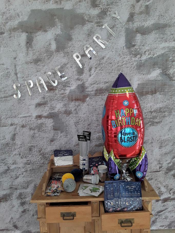 Happy Birthday. Partydekoration und Partyequipment für einen raketenstarken Geburtstag.