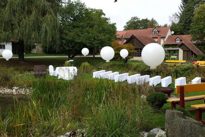 Einzelne Riesenballons als einzigartig edle Dekoration auf einer freien Trauung.