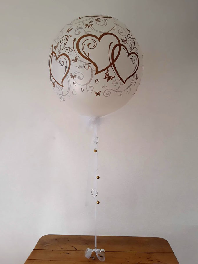 Riesenballon mit verspielten goldenen doppelten Herzen. Tischdekoration oder Raumdekoration.