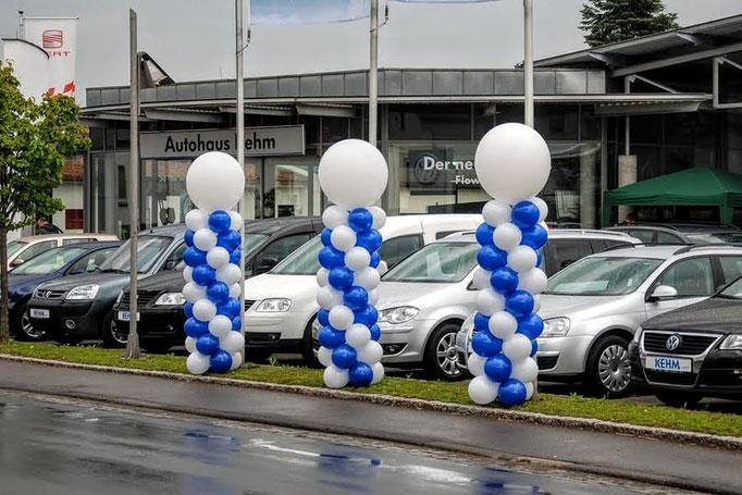 Spiralförmig gedrehte Säulen mit Riesenballontopping. VW.