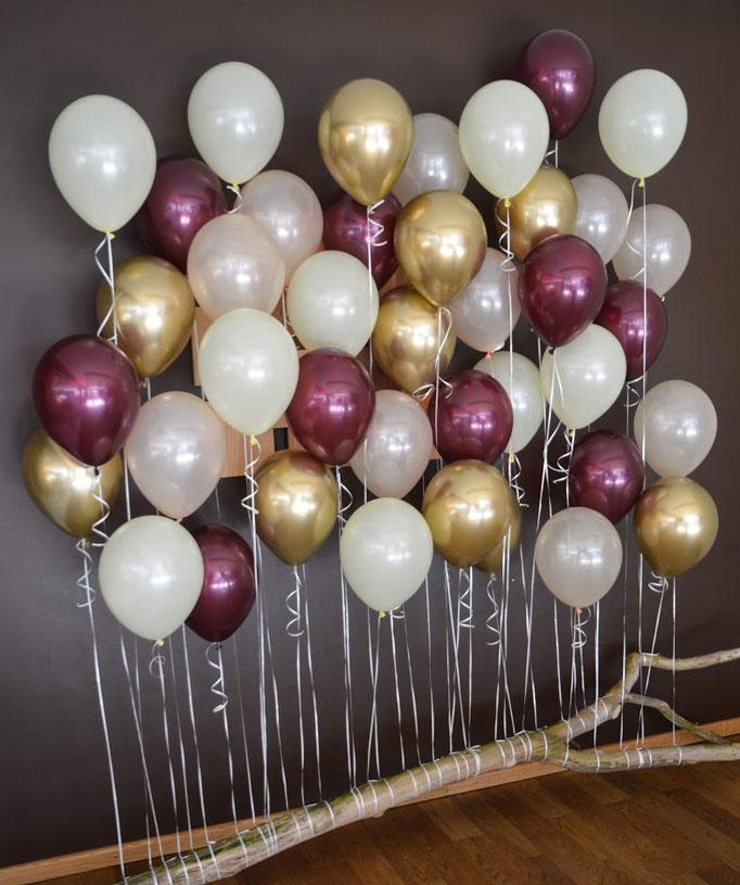 Einzigartige und exklusive Ballonwand an einem vintage Ast gebunden. Übrigens auch perfekt als Fotohintergrund.