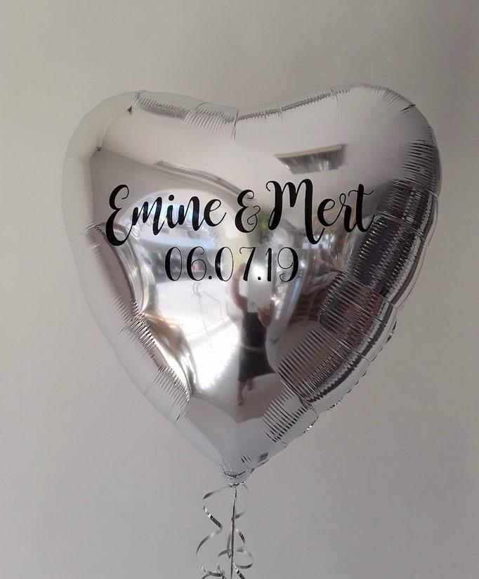 Individuelle Ballonbeschriftung mit Folienplott auf silbernen Folienherzballon. Schriftart und Text wird als Unikat nach Ihrem Wunsch gefertigt. Bitte mindestens 3 Tage vorbestellen.