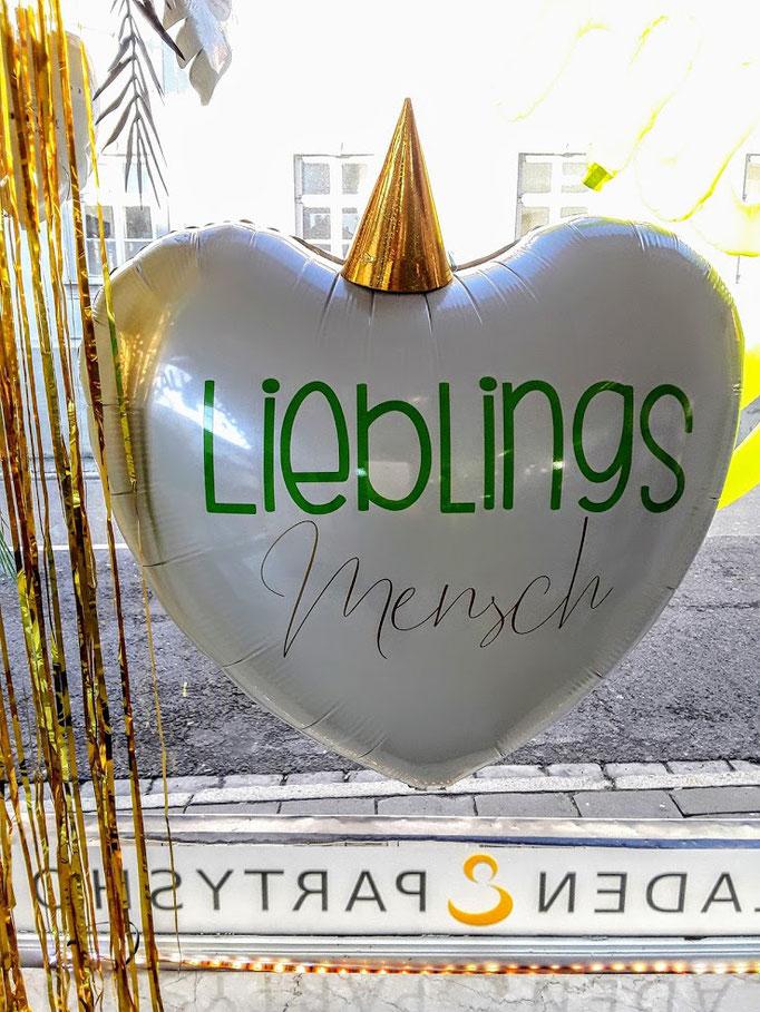 Für den Lieblingsmenschen. Ballonbeschriftung mit Folienplott auf großem weißen Folienherballon. Schriftart und Text wird als Unikat nach Ihrem Wunsch gefertigt. Bitte mindestens 3 Tage vorbestellen.