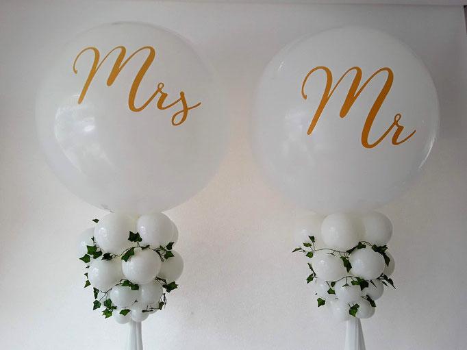 """Riesenballons """"Mr & Mrs"""" - ein echter Hingucker für Fotos oder Deko hinter dem Brauttisch."""
