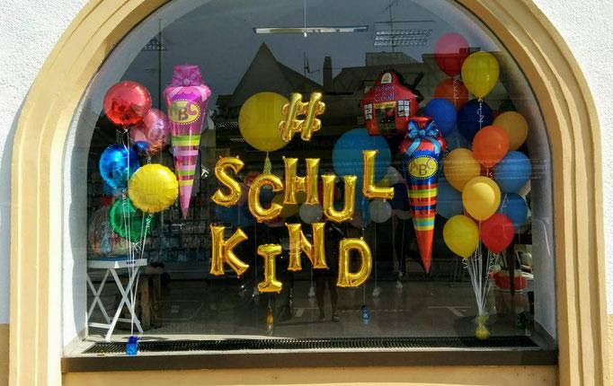 Schaufensterdekoration zum 1. Schultag. Um die Einschulung gebührend zu feiern, haben gibt es eine große Auswahl an Folien- und Latexballons.