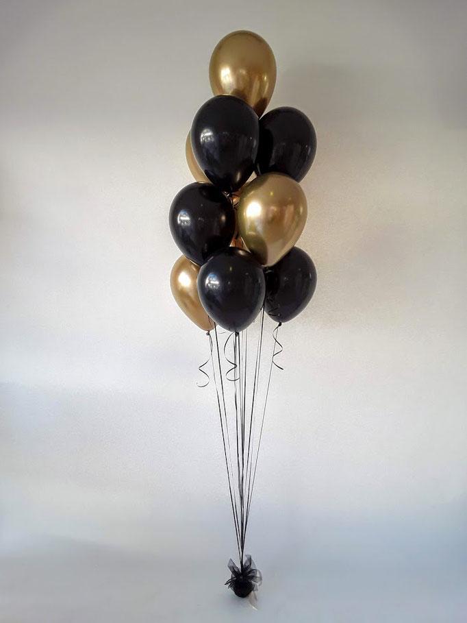 Ballontraube aus schwarzen und goldenen Latexballons. Gebündelt am Gewicht lässt sich dieses Bouquet überall als Dekoration einsetzen. Ballontrauben in sämtlichen Wunschfarben.