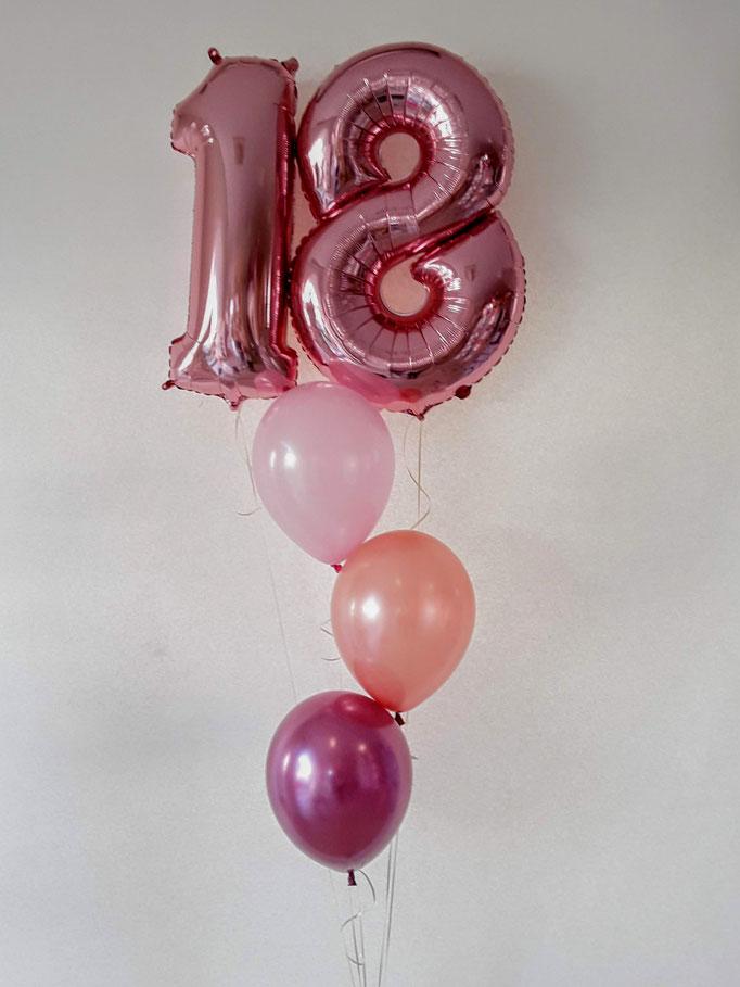 """Folienballon Zahl """"18"""" in rose gold mit Latexballons als Ballonbouquet. Alle Zahlen und viele Farbkombinationen möglich."""