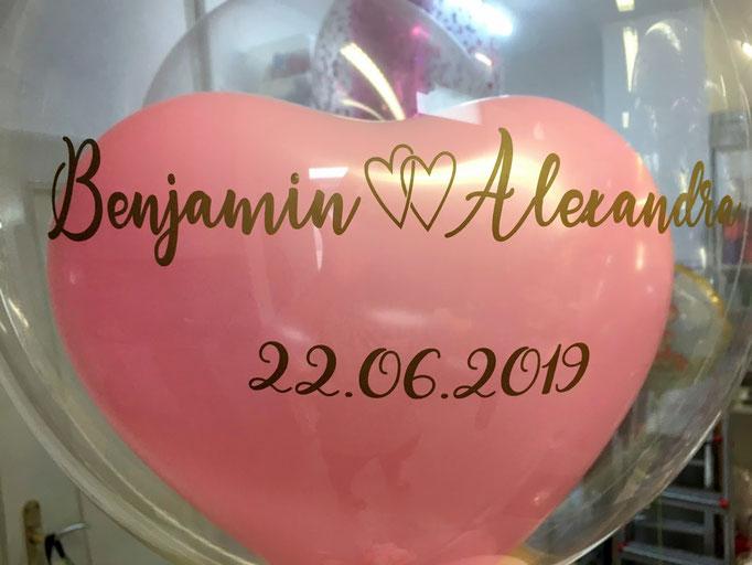 Ballonbeschriftung mit Folienplott auf einem Bubble mit Innenherz zur Hochzeit. Schriftart und Text wird als Unikat nach Ihrem Wunsch gefertigt. Bitte mindestens 3 Tage vorbestellen.